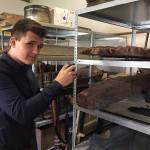 Schüler Jeffrey Stein guckt hinter die Kulissen des Weserrenaissance-Museums