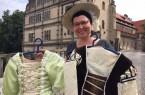 Denise Gutsche freut sich, dass ihre selbstgeschneiderten Kostüme nun ein neues Zuhause im Weserrenaissance-Museum Schloss Brake gefunden haben.