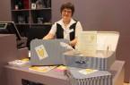 Bei Justyna Wille von der Museumskasse kann man sich jederzeit einen Museumskoffer für eine Entdeckungstour durchs Museum abholen.