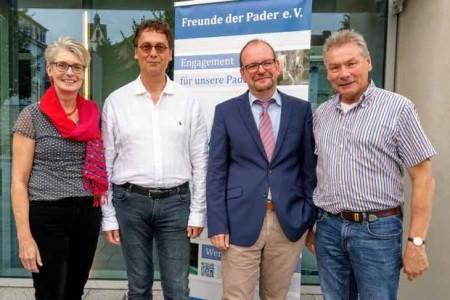 Wurden für weitere zwei Jahre im Amt bestätigt: Dieter Honervogt als Vorsitzender (re.), Peter Völse als Stellvertreter (2. v. li.) und Claudia Warnecke als Kassiererin mit Historiker Prof. Dr. Michael Ströhmer, dem Referenten des Abends.