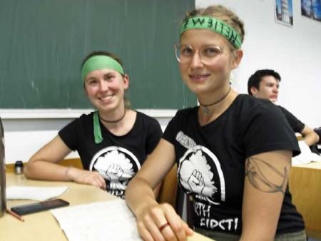 """Zwei junge Aktivistinnen, die dem Workshop """"YouTube & Co. - Wie ich es schaffe Millionen Menschen zu erreichen"""" folgten."""
