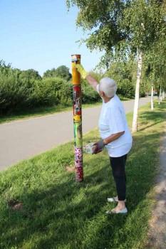 Sieglinde Strohmeier lackiert die Stelen an der Birkenallee (Foto: Stadt Barntrup)