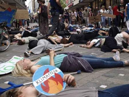 Mit kreativen Aktionen erregten die Aktivisten die Aufmerksamkeit der Passanten.