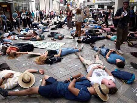 Die Aktivisten machten durch einen Liegestreik in der Fußgängerpassage auf die prekäre Situation aufmerksam.