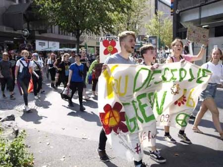 Junge Aktivisten ziehen durch die Dortmunder Innenstadt