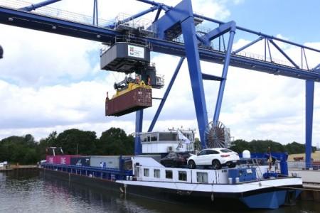 An Bord konnten die Gäste den Einsatz des neuen Krans verfolgen, der einen Container von Bord eines Binnenschiffes hievte.