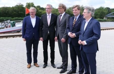 Nach der offiziellen Eröffnung stellten sich (von links) Bundestagsabgeordneter Frank Schäffler, Hafen-Geschäftsführer Joachim Schmidt, Bürgermeister Michael Jäcke, Staatssekretär Enak Ferlemann und Bundestagsabgeordneter Achim Post den Fotografen und Kamerateams.