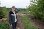 Der Wald verändert durch den Klimawandel immer mehr sein Gesicht: Försterin Imke Lampe zeigt auf die Freiflächen im Nieheimer Buchholz. (Foto: Stadt Nieheim/privat)