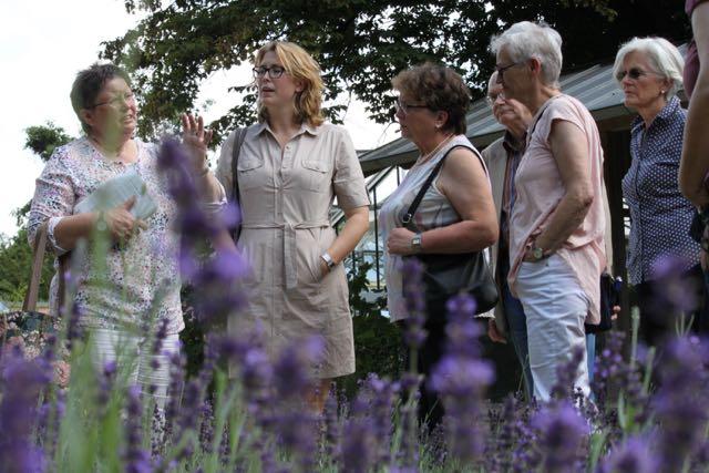 Am Samstag lädt Stadtführerin Barbara Weidler interessierte Schnuppernasen zum Rundgang in den Botanischen Garten ein. (Foto: Dunja Delker)