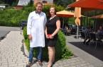 Natalie Heck ist eine der Patientinnen von Dr. Florian Dietl, die nach Vorbereitungskurs und Operation erfolgreich ihre krankhafte Fettsucht angegangen ist: Sie hat insgesamt 43 kg Gewicht verloren und berät jetzt andere Betroffene in einer Selbsthilfegruppe in Paderborn, Schloss Neuhaus.