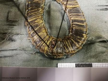 Detailfoto der Untersuchung der plastischen Stickerei auf den Fahnenfragmenten. © Mindener Museum, Carmen Markert, 2018