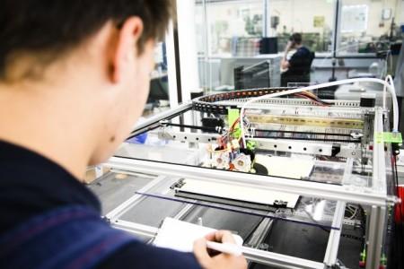 Technik hinterm Essen. Azubis in der Lebensmittelindustrie sind längst am 3D - Drucker aktiv. Die Gewerkschaft NGG weist auf freie Ausbildungsplätze in der Branche hin. Foto: NGG