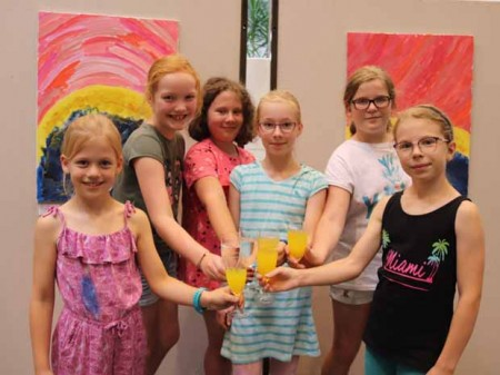 V.l.: Lena-Marie, Lotte, Emily, Nora, Lucy und Nele haben den ganzen Tag fleißig an ihren Kunstwerken geschuftet. Darauf stoßen die Sechs mit Fanta und Sprite an (Foto: Stadt Rheda-Wiedenbrück)