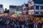 Die Kulturbrunnenbühne auf dem Paderborner Rathausplatz zählte auch in diesem Jahr zu deinem der Publikumsmagneten des Libori-Festes. Insgesamt feierten 1,5 Millionen Besucher Paderborns fünfte Jahreszeit. (Foto: Thorsten Hennig)