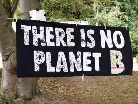 Auch das Camp der Aktivisten im Revierpark Wischlingen ist verziert (?) mit diversen Plakaten.