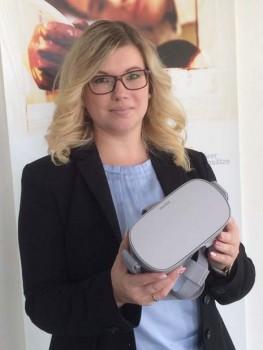 Sabine Gulfam, neue Teamleiterin der Berufsberatung der Agentur für Arbeit Detmold mit VR-Brille.