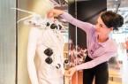 Das Foto zeigt die Designerin Anouk Wipprecht bei der Installation des Spider Dress am Dienstag im HNF. (Foto: HNF).