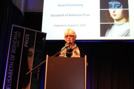 (Foto: Universität Paderborn) Ricarda Michels): Prof. Dr. Sarah Hutton verkündet die Preisträgerin des Elisabeth von Böhmen-Preises.