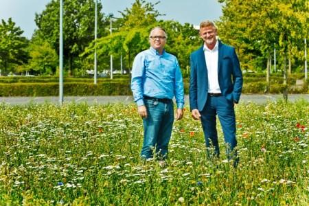 (v.l.) Im Auftrag von Dirk Körkemeier und Volker Hinzmann (Bertelsmann Real Estate und Services des Corporate Center) wurden im Mai auf insgesamt 2.500 Quadratmetern seltene Blumen und Gräser ausgesät. Foto: Bertelsmann, Fotograf Steffen Krinke
