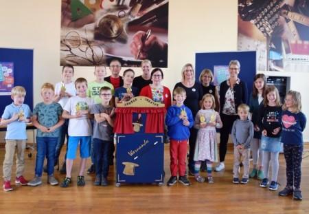 Das Büchereiteam freut sich mit den jüngeren Teilnehmern des SommerLeseClubs, Foto: Stadt Höxter