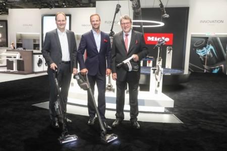 Auf der Miele-Pressekonferenz zur IFA präsentierten die Geschäftsführer Markus Miele, Axel Kniehl und Reinhard Zinkann (v. l.) den ersten Akku-Staubsauger von Miele. Foto: Miele