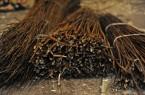 In einem Workshop im LWL-Freilichtmuseum Detmold werden Vogelfutterhäuschen geflochten. Foto: LWL/Stuke
