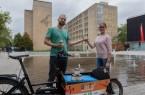 :  Bastian  Seehaus übergibt denbeliebte n Gütersloher Bio - Stadthonig an Lara  Maasjost (Gütersloh Marketing). (Foto:  Gütersloh Marketing