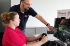 """Björn Jockwig, Ausbildungsleiter der Johanniter in Lippe-Höxter, testet mit Mareike Bark am Fahrsimulator das Programm """"Abgelenktes Fahren"""" des UPS Road Code. Foto: Johanniter Unfallhilfe"""