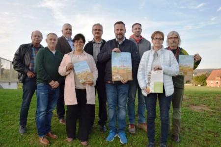 Freuen sich auf den LGS Infomarkt im Stahler Schützenhaus (v.l.): Bernd Krüger (Kulturförderverein), Ulf Fiege, Michael lockstedt (FC Stahle 30), Claudia Koch (LGS gGbmH und Stadt Höxter), Klaus Rohner (Kulturförderverein), Rüdiger Happe (FC Stahle 30), Timo Elberg (Schützengesellschaft Stahle), Beate Rehker (Ortsausschussvorsitzende) und Ralf Haffke (Stadt Höxter)