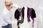 Besim Mazhiqi): Prof .Dr. Kerstin Kraft von der Universität Paderborn untersucht historische Kleidungsstücke, um daraus Rückschlüsse auf frühere Bewegungsformen zu ziehen.Foto :Universität Paderborn, Besim Mazhiqi