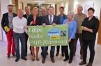 """Fair unterwegs: Die Steuerungsgruppe """"Fairtrade"""" mit Dr. Ute Röder (4.v.l) und Landrat Dr. Axel Lehmann (6.v.l.). Foto: Kreis Lippe"""