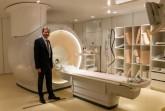 Prof. Dr. Boris Buerke am MRT des Klinikums