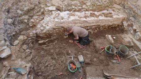 Unterhalb der Mauern aus den verschiedensten Epochen kamen einige frühmittelalterliche Bestattungen zu Tage, die sorgfältig freigelegt wurden. Foto: LWL/S. Coesfeld