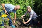 v.l.: Hans-Bernd Hensen und Dorothee Kohlen von der Umweltabteilung bei der Probennahme im Garten.