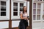 Cassandra Korth testet die Stadtführungs-App an einem der historischen Gebäude am Rande des Doktorplatzes in Rheda.