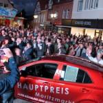 Randvoller Bürener Marktplatz fiebert mit bei Moritz – Schinkenverlosung