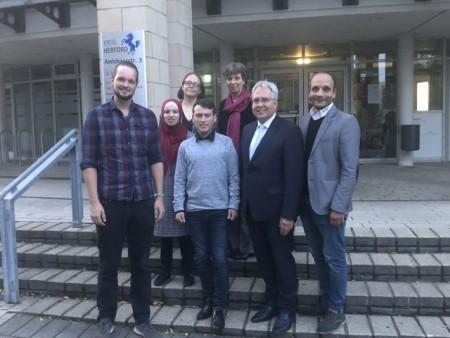 Foto, von links: Jonas Nahnsen, Hoda Elias, Mirjam Bibi, Tarek Saad, Maryam Naggar, Landrat Jürgen Müller, Hussien Khedr. Foto: Drk Herford