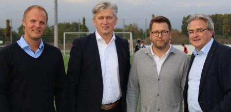 (v.l.): Christoph Müller (Leiter NLZ), Ansgar Käter (Vorstandsvorsitzender der VerbundVolksbank OWL eG), Martin Przondziono (Geschäftsführer Sport) und Karl-Heinz Rawert (Vorstandsmitglied der VerbundVolksbank OWL eG) freuen sich über die weitere Partnerschaft.