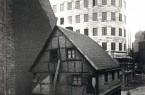 Ein moderner Bau vor einem einsturzgefährdeten Fachwerkhaus in Bochum: Die Weimarer Republik war im Westen in vielerlei Hinsicht eine Republik der Gegensätze.  Foto: © LWL-Medienzentrum für Westfalen/Ernst Krahn