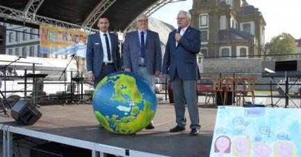 Große Bühne für 30 Jahre Kinderrechte: Bürgermeister Burkhard Schwuchow, der stellvertretende Landrat Vinzenz Heggen und Altbürgermeister Friedhelm Kaup konnten in den Bürener Almeauen über 800 kleine und großen Besucher in Büren begrüßen.