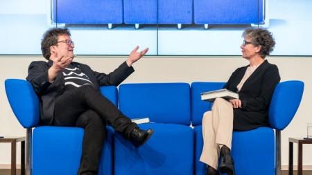 Der norwegische Autor Erik Fosnes Hansen (hier mit Moderatorin Susanne Biedenkopf) kennt das Blaue Sofa bereits. Auf der Frankfurter Buchmesse 2019 wird er erneut darauf Platz nehmen und das Gastland Norwegen vertreten. © Bertelsmann, Fotograf: Thomas Ecke