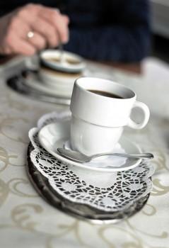 Im westlichen Münsterland weiß man, dass sich eine freundliche Atmosphäre mithilfe von einem Köppken Koffie bezahlt machen kann. Foto: Pixabay