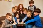 """Bertelsmann-Mitarbeiterin Tina Lemke las in der Gütersloher Kita Leonardo aus dem Buch """"Trudel Gedudel purzelt vom Zaun"""" und begeisterte damit ihre kleinen Zuhörerinnen und Zuhörer. Im Anschluss der Lesestunde bekamen die Kinder das Buch geschenkt. Insgesamt gingen 3.098 Bücher an Kinder und Einrichtungen. Foto: Bertelsmann, Kai Uwe Oesterhelweg"""