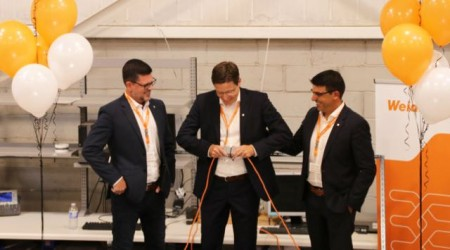 Durch die symbolische Öffnung eines Steckverbinders eröffnete Vertriebsvorstand Dr. Timo Berger (M.) gemeinsam mit Terry Hodgson, Verantwortlicher für die Region Amerika (li.), und Javi Richmond, Geschäftsführer von Weidmüller Canada (re.), das neue Gebäude in Kanada.