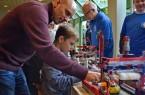 Prozessautomatisierung: Nicolas Hahn und Benjamin probierten die Exponate der Osterrath-Realschule aus.Foto: MMT
