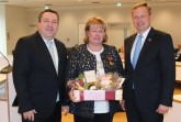 Ordensträgerin Ulrike Stein (Mitte) mit Landrat Dr. Axel Lehmann (links) und Augustdorfs Bürgermeister Dr. Andreas Wulf (rechts). Foto: Kreis Lippe