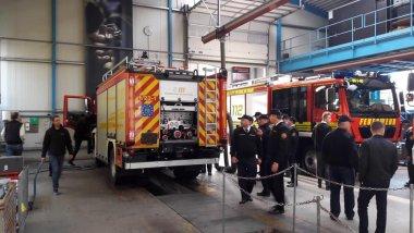 Bei dem Besuch des Feuerwehrfahrzeugherstellers Schlingmann wurden die Fahrzeuge bis ins Detail begutachtet.