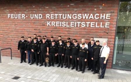 Die lettischen Gäste vor der neuen Kreisleitstelle in Gütersloh. Foto: Kreis Gütersloh