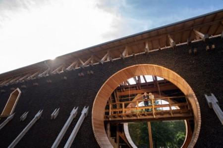 """""""Schwitzen wie sonst nirgendwo auf der Welt: Das neu errichtete Gradierwerk in Bad Sassendorf verfügt auch über eine integrierte Sauna."""""""