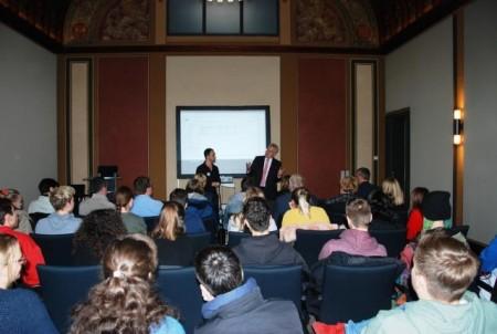 Landrat Jürgen Müller begrüßte die Schülerinnen und Schüler mehrerer europäischer Partnerschulen im Kreishaus. Foto: Kreis Herford